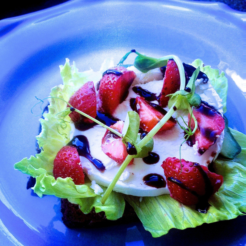 Ch´vremacka med salladsblad, jordgubbar och balsamicocréme
