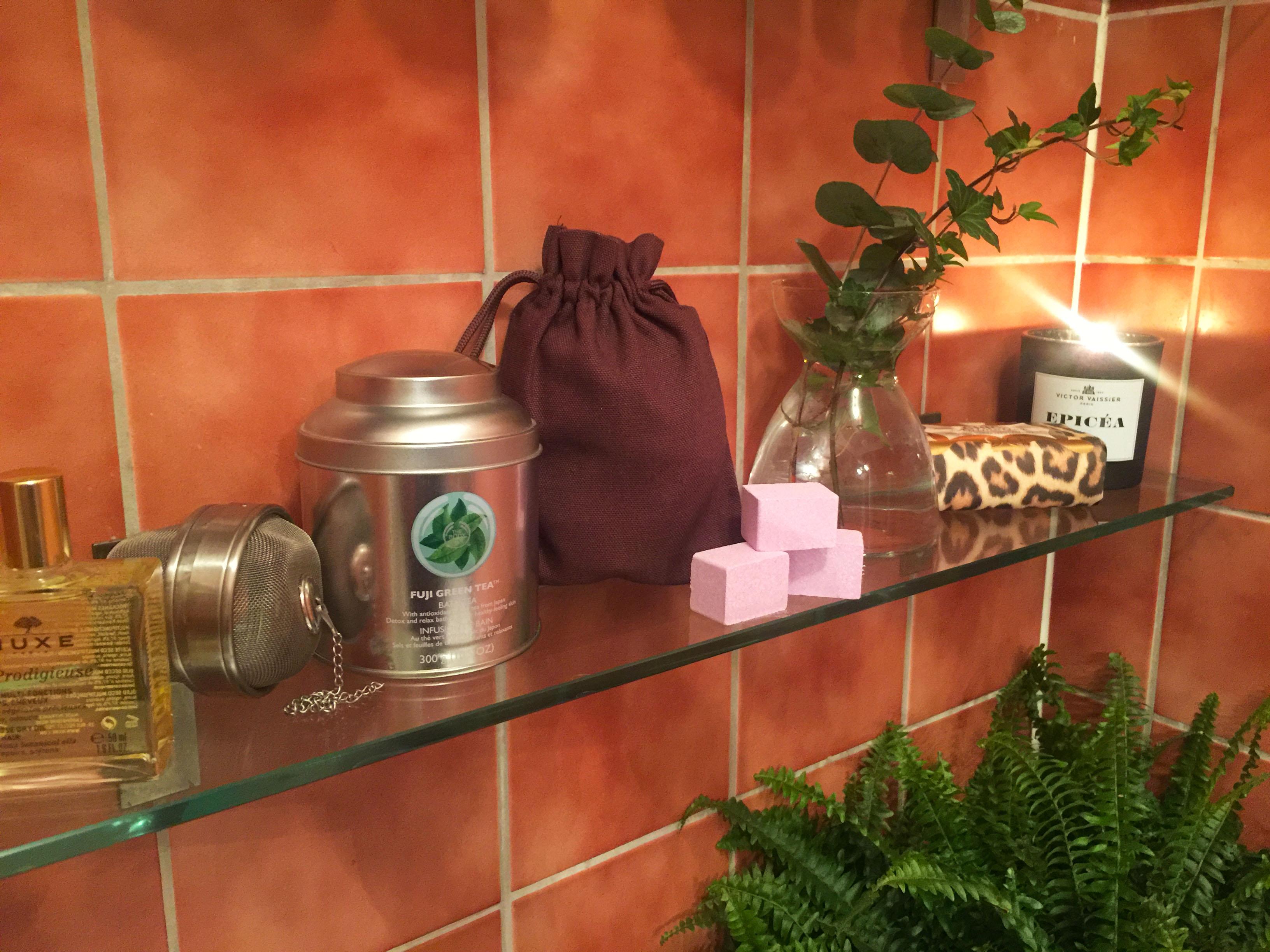 Från vänster, Nuxe Huile, Fuji Green tea, Egyptian Milk & Honey Bath, Bath Fizzers, tvålen Chic Animalier och doftljus från Victor Vaisser.