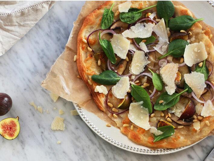 Topping: mozzarella, fikon, pnjenötter, rödlök, spenat och parmesan.