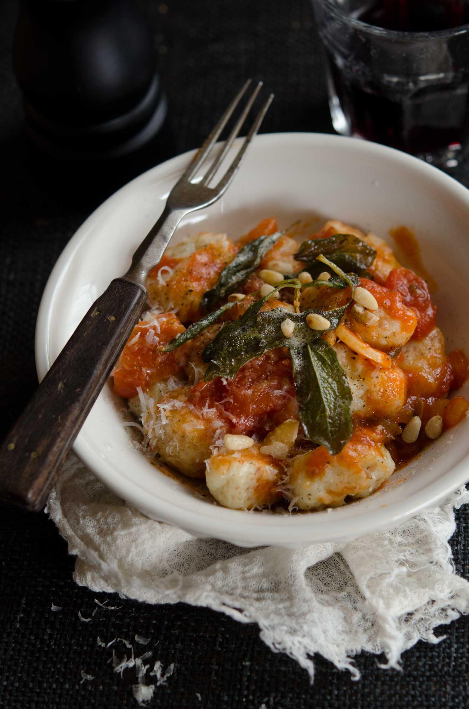 Gnocchi med tomatsås, smörstekt salvia, parmesan och pinjekärnor.
