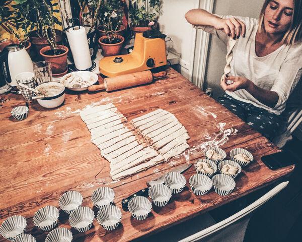 CInnamon bun baking with Stella and my beautiful orange dough machine from Bosch