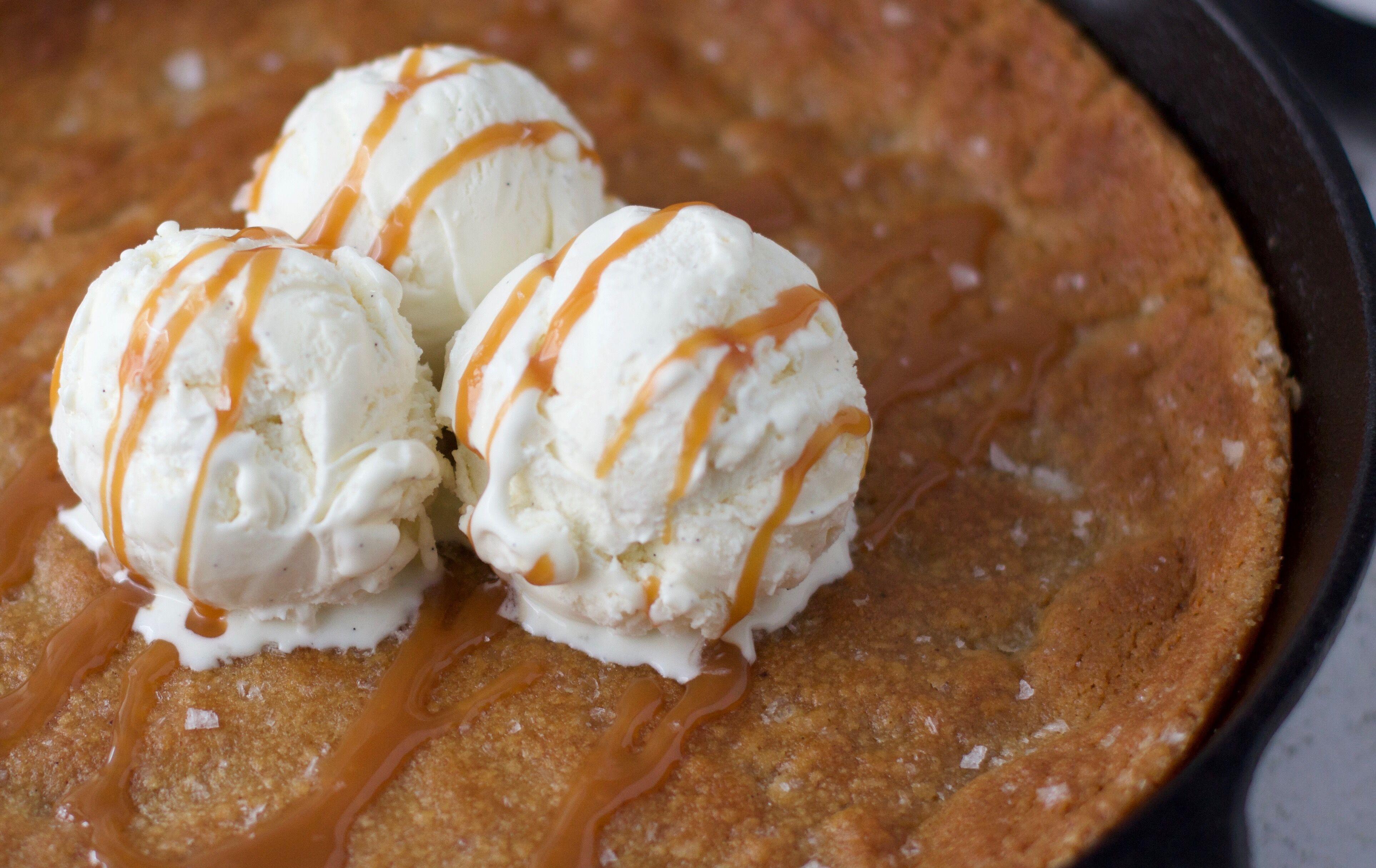 Kladdiga kolakaka med brynt smör och flingsalt 1