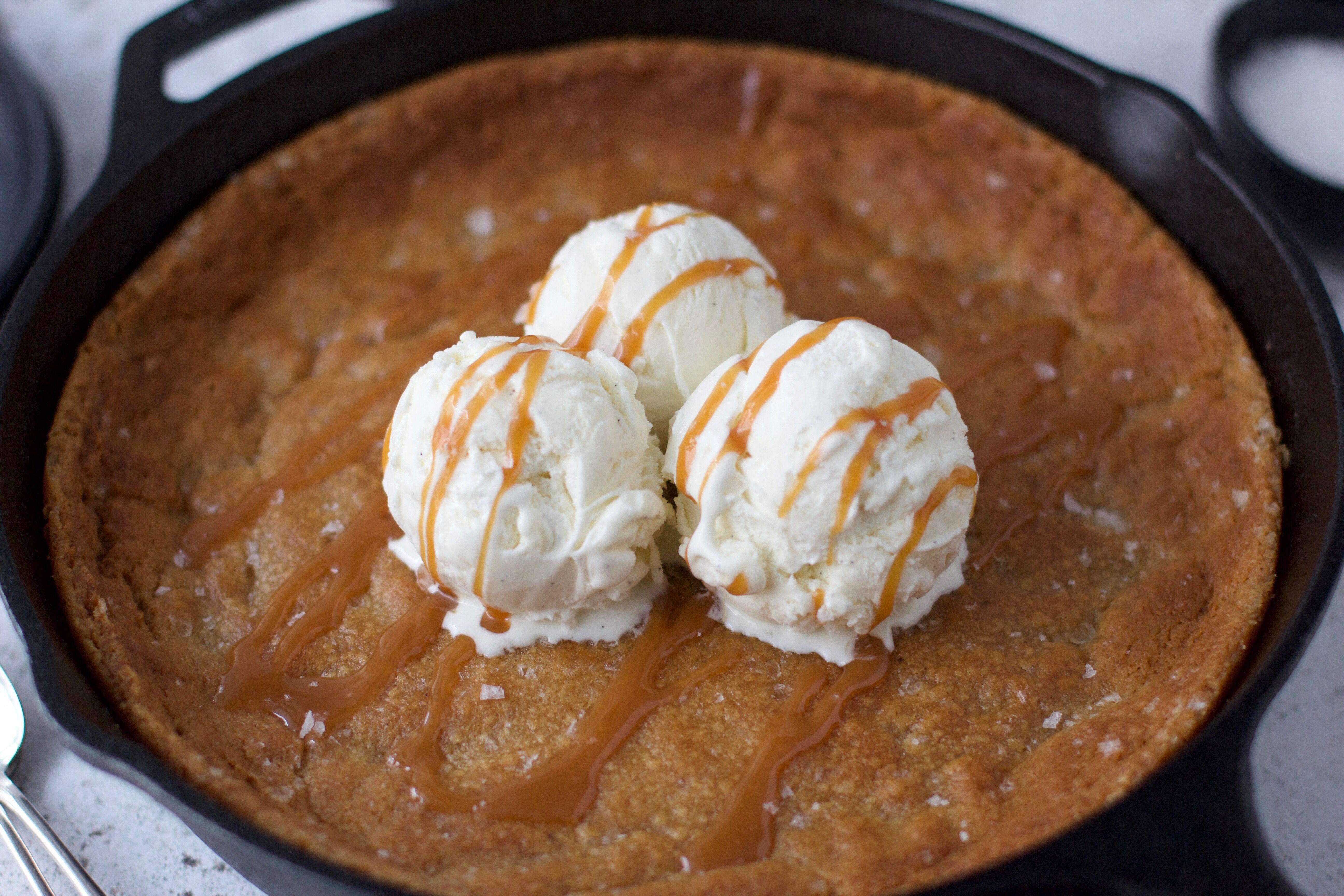 Kladdiga kolakaka med brynt smör och flingsalt 3