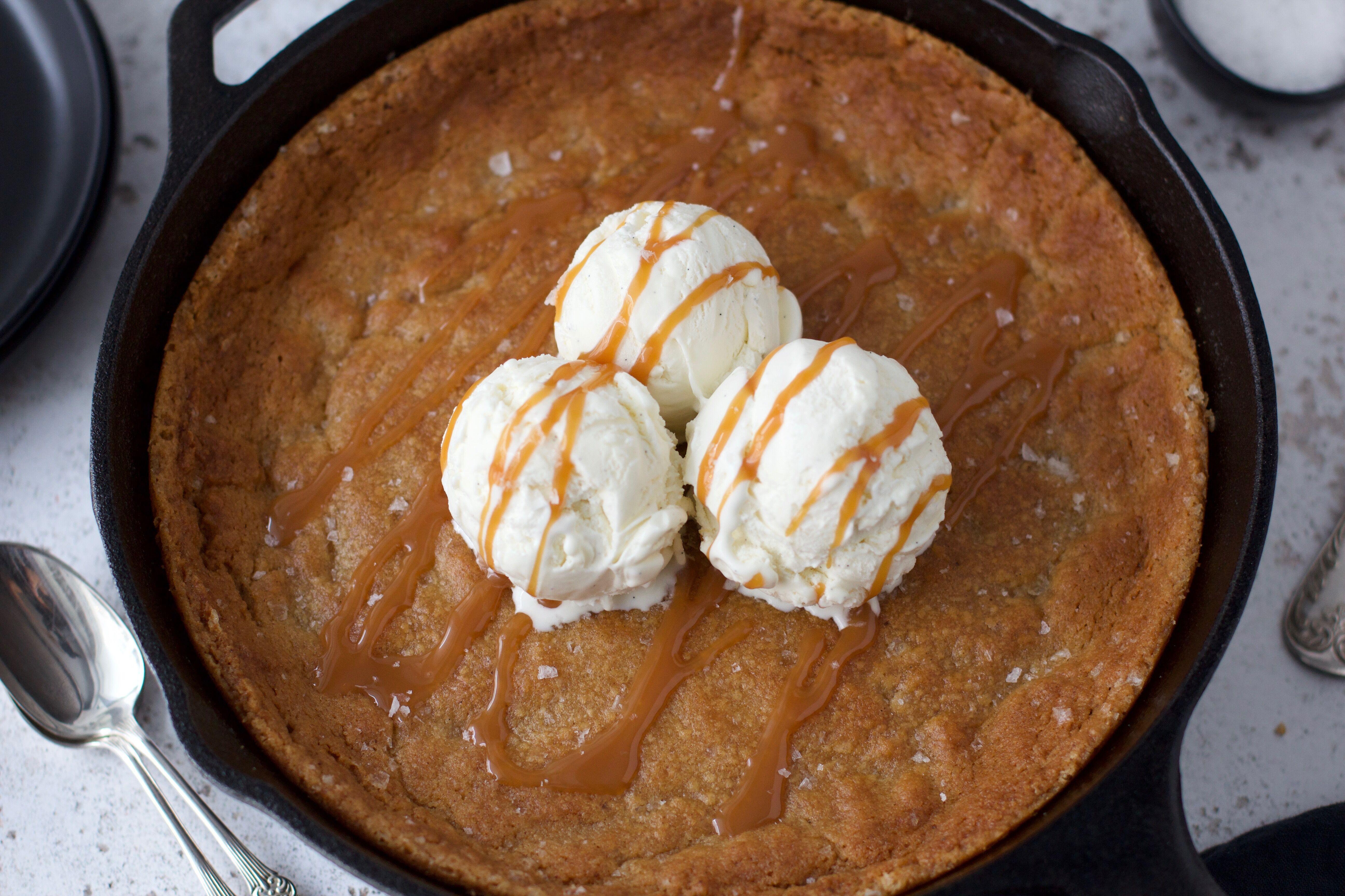 Kladdiga kolakaka med brynt smör och flingsalt