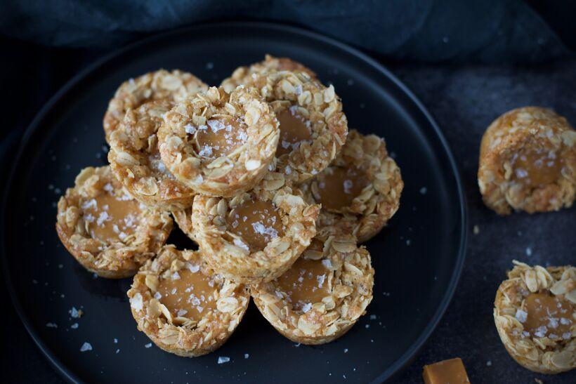 Knäckiga havrecookies med kola & flingsalt 1