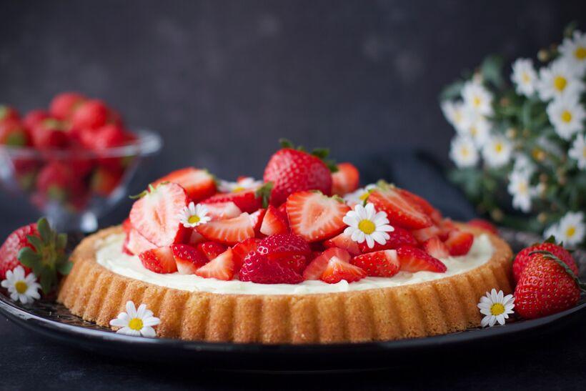Sommarkaka - Mandelkaka med vanilj & jordgubbar
