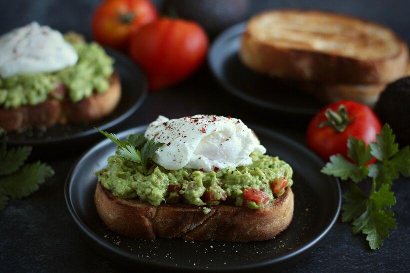 Avokado smash toast med pocherat ägg