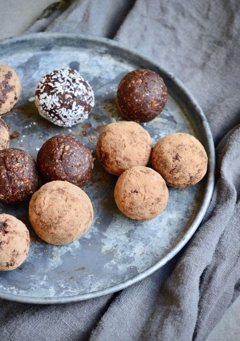 Chokladbollar med jordnotssmor och kaffe