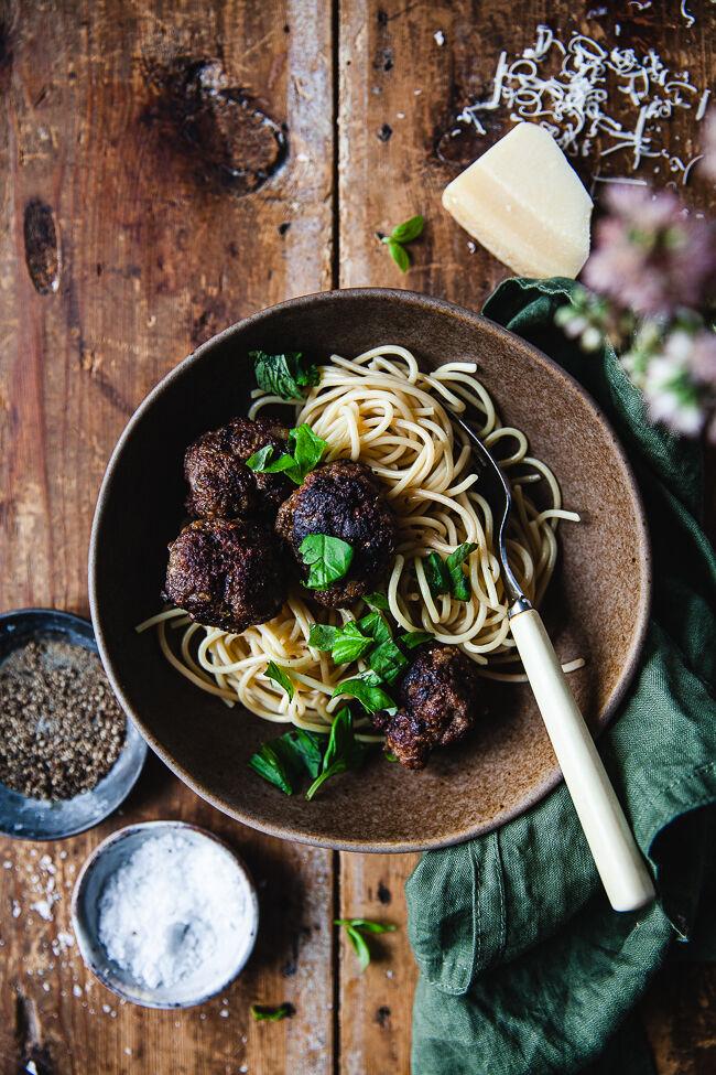 köttbullar med parmesan och basilika