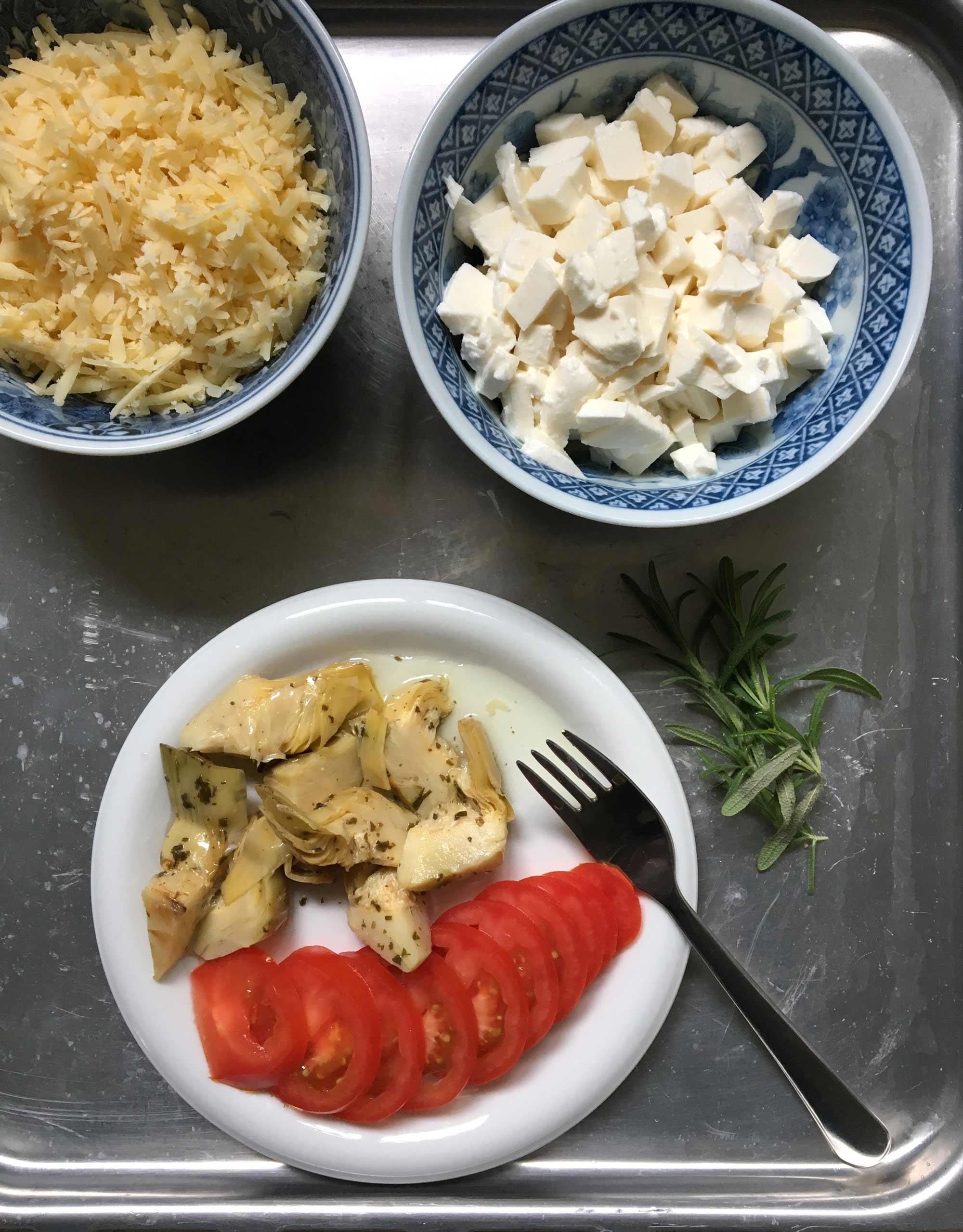 Skivade tomater, inlagda kronärtskockshjärtan, mozzarella.