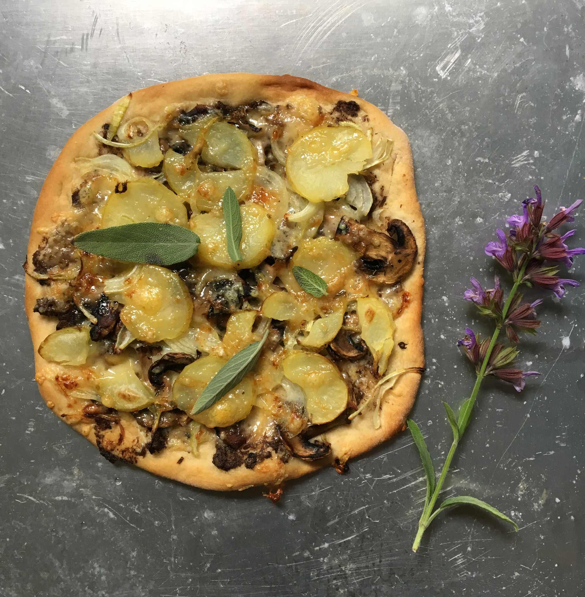 Vegetarisk pizza med potatis, svamp, svampcrème med tryffel, lök och Västerbottensost.