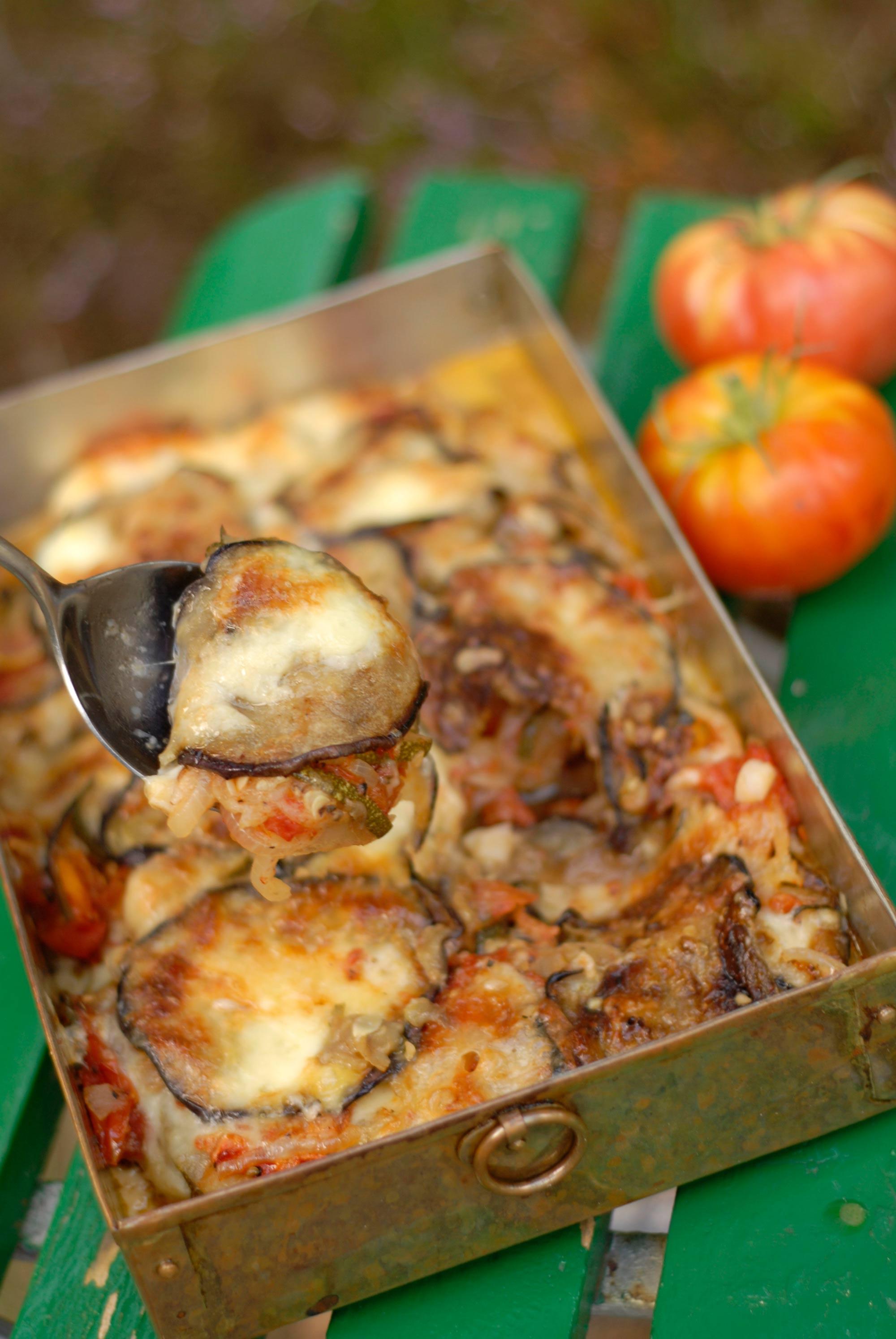 God och värmande grönsaksrätt med aubergine, zucchini, tomater, lök och ost.
