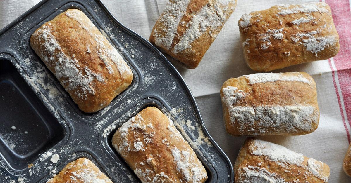 En form för små minibröd ger perfekta små bröd. De här är surdegsbröd.