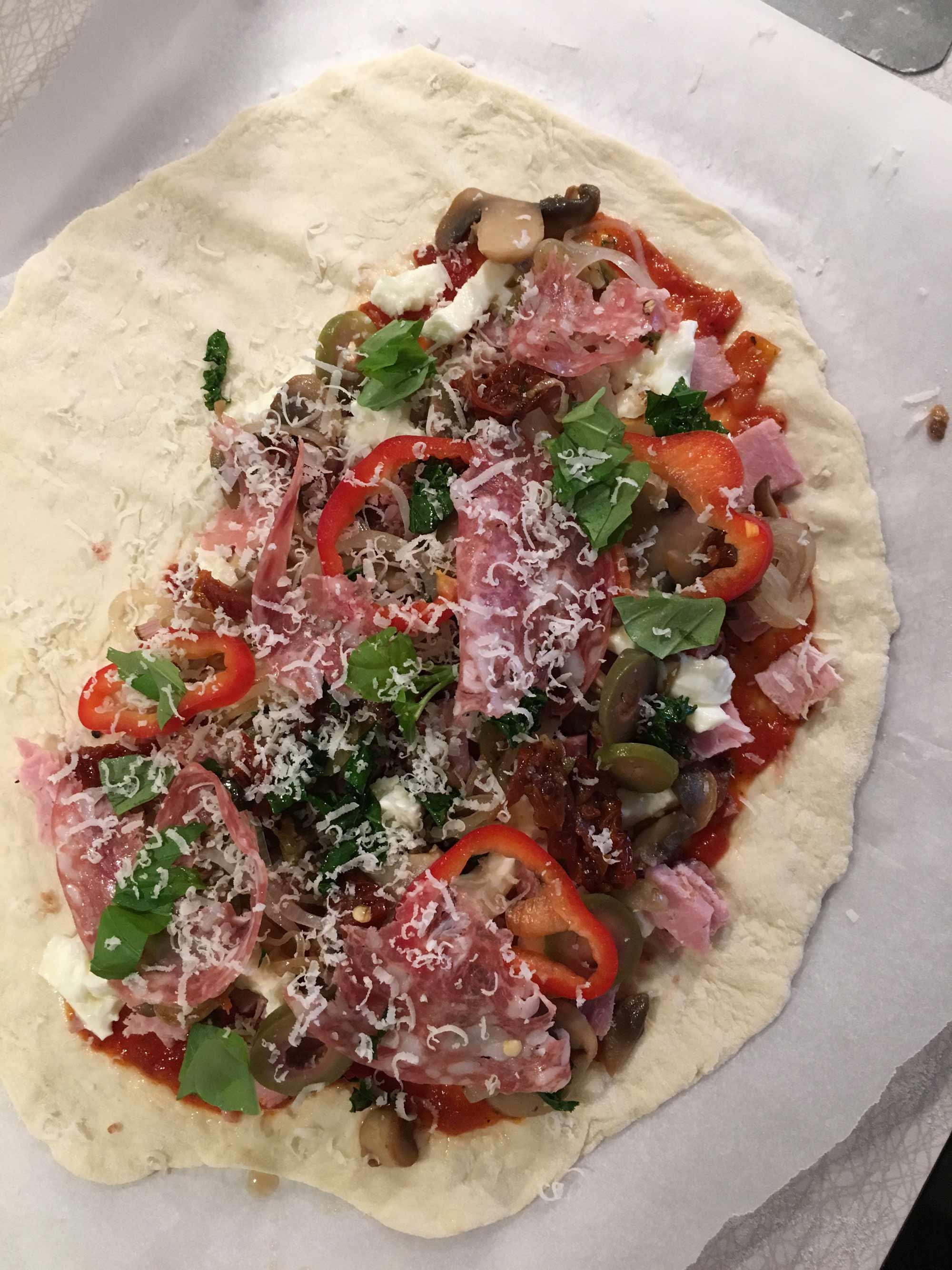 Fyllning med bland annat skinka, salami, svamp, sardeller och oliver.