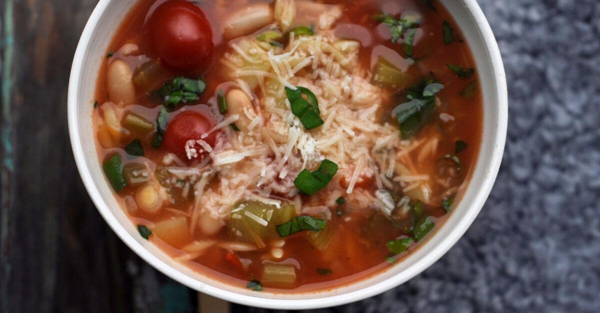 Minestrone - grönsakssoppa toppad med riven parmesan.
