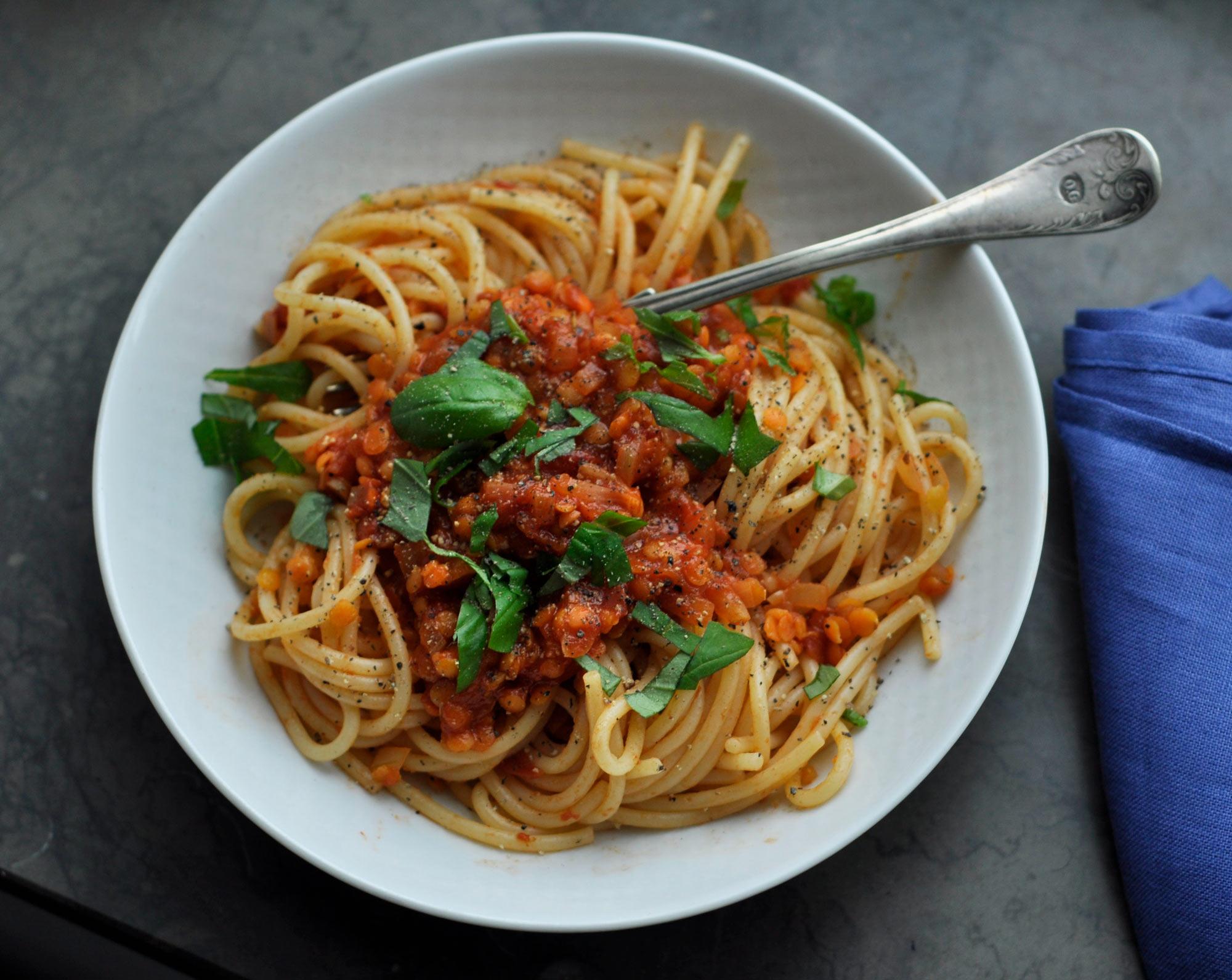 Vegetarisk pastarätt med tomatsås och linser