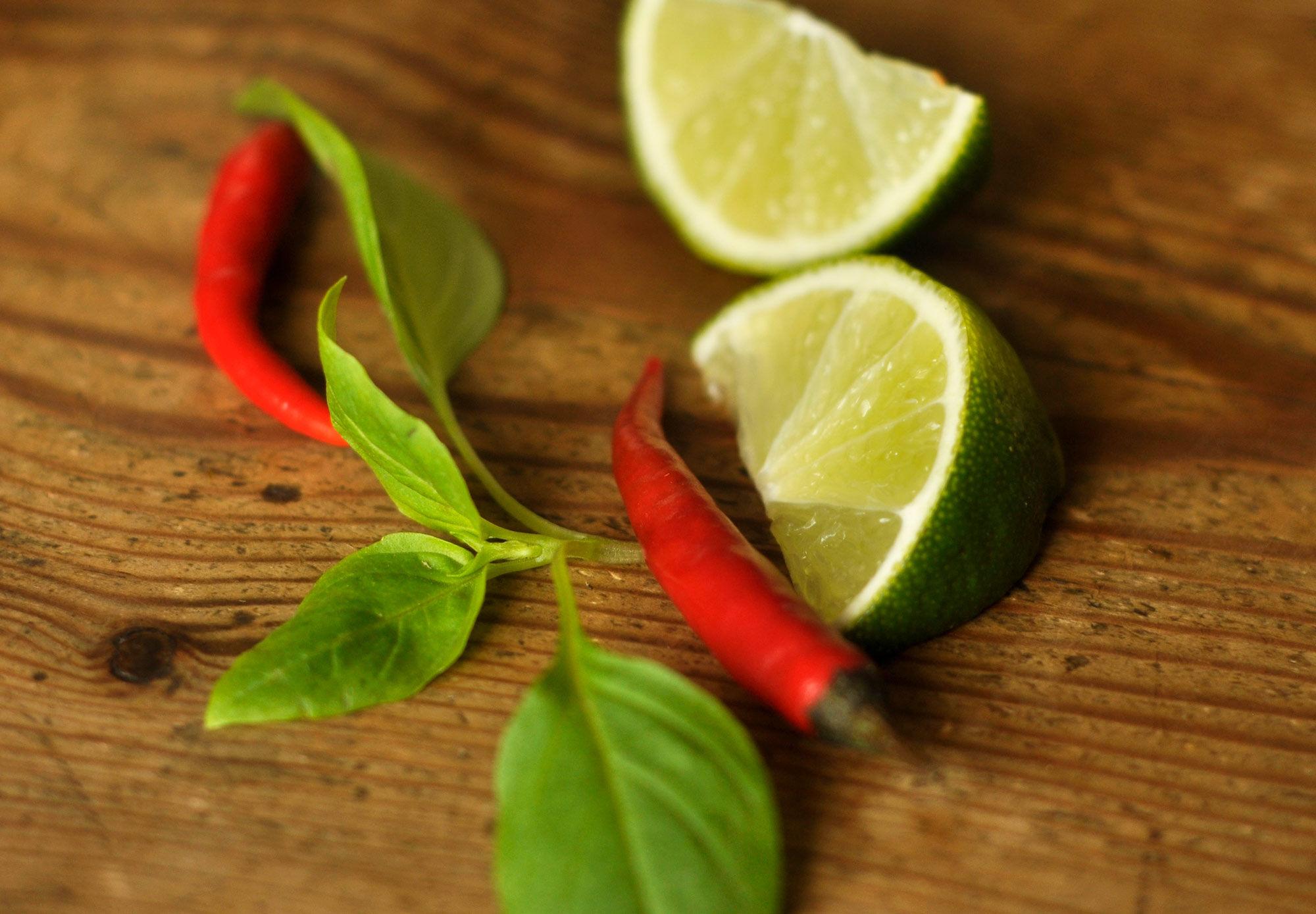 Chili, lime och thaibasilika