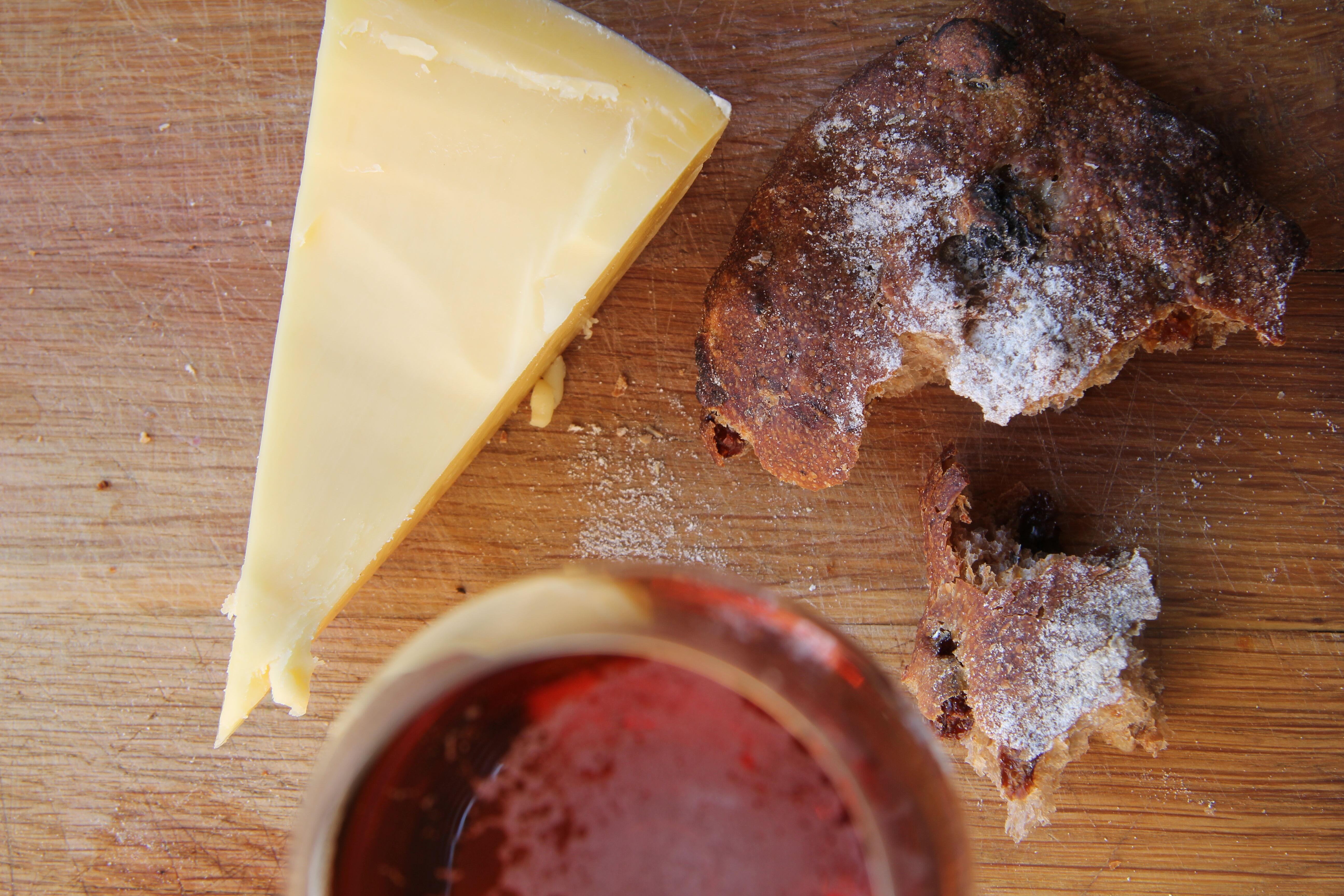 Påsköl ost Gouda bröd uppifrån horisontal Erica Landin