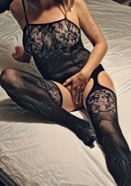 Liw i kroppstrumpa sittande i sängen