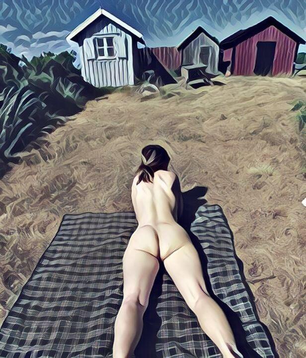 Liw ligger och solar naken