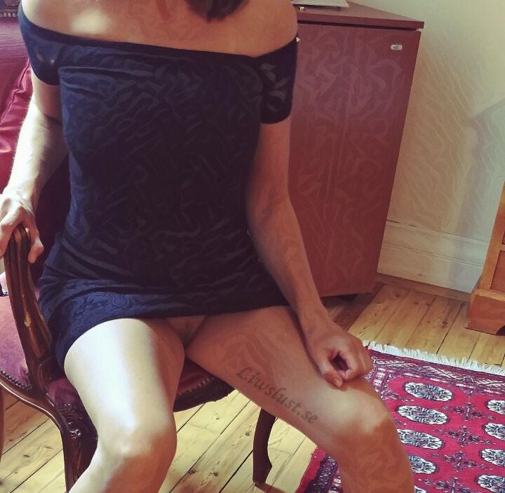 Liw utan trosor under kort-kort klänning
