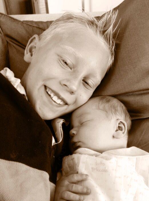 Stolt storebror till 4 dagar gamla Adrian