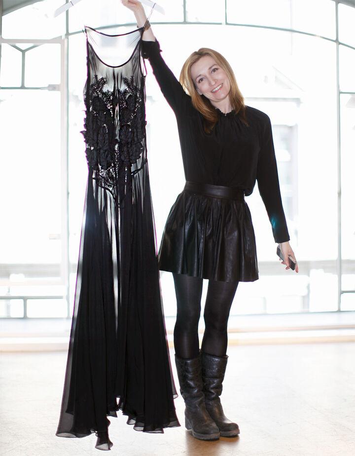 Martina visar upp en klänning ur H&Ms höstkollektion