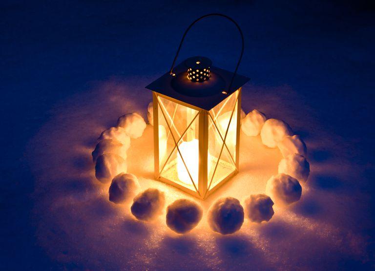 candle-lantern-in-snow-182859881-92c1384b96ae4c84ac88af4c6413b4b6