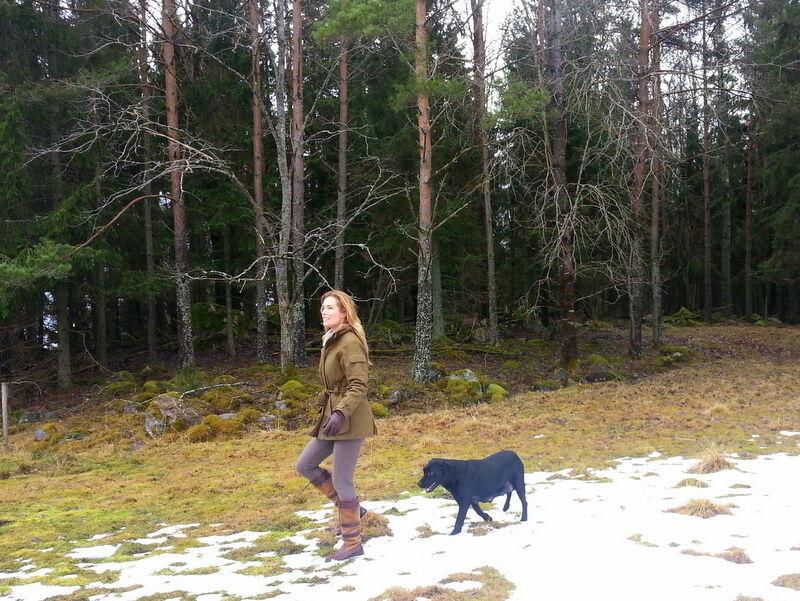 Jag jagar inte själv, men jag använder gärna jaktkläder, eftersom jag tycker är både snyggt och praktiskt på landet.  Här har jag på mig en tweedjacka från Barbour som jag använder flitigt.