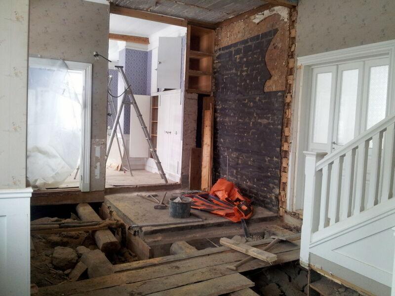 Kassavalvet låg i kontoret och tog upp en stor del av entrén. Här har valvet rivits ner och en ny vägg ska byggas upp.