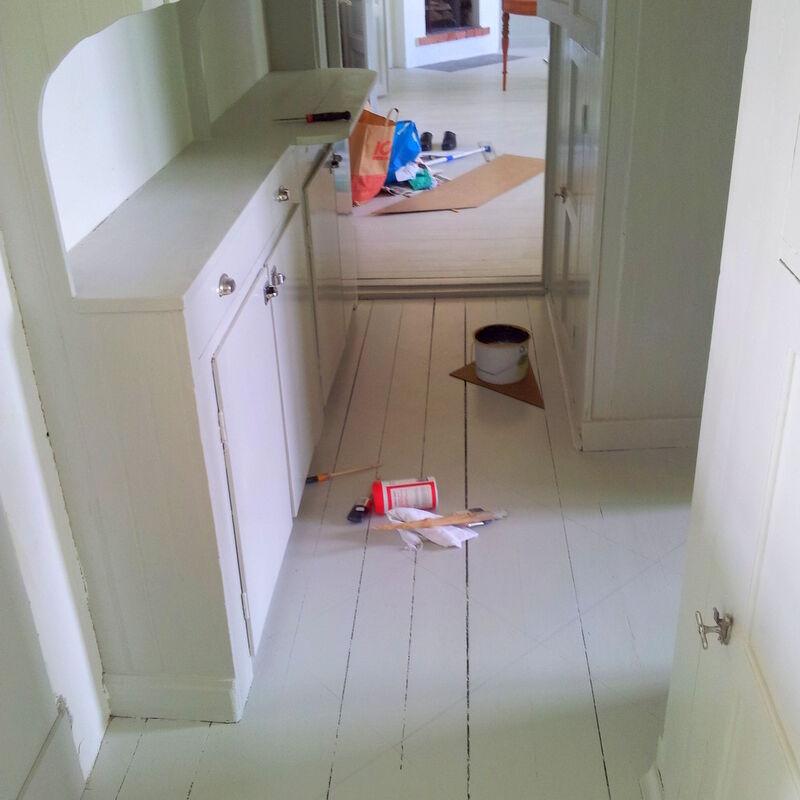 Mina målarkillar fick måla golvet direkt på fernissan med ljusgrå linoljefärg.