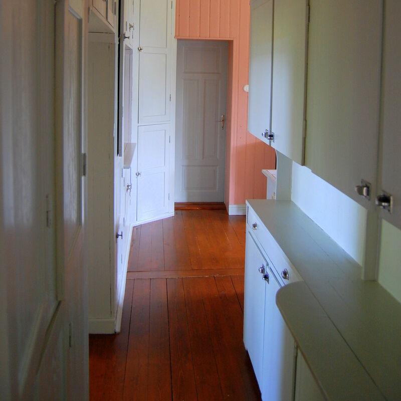 Golvet i köket och serveringsgången var tidigare linoljefernissat i en typisk rödbrun färg.