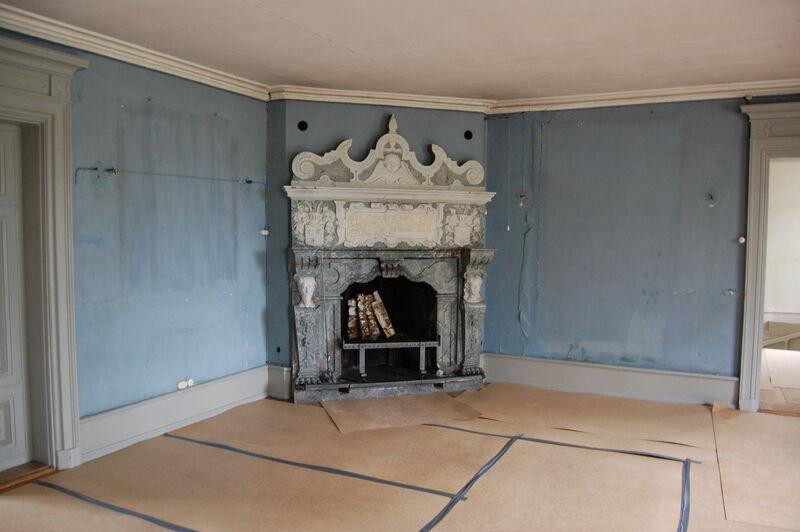 Den här tjusiga renässansspis är från husets byggår 1606. Ett vackert ekgolv är täckt med papp då väggarna ska målas om.