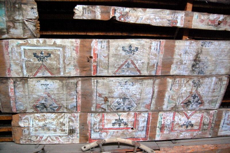 Taket på Biby har en gång på tiden höjts, varav de små blomformade fönsterna tillkom.  Det här är delar av det gamla vindstaket, som var målat.