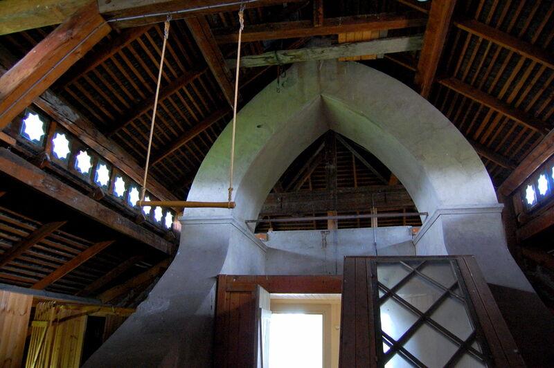 Jag blev nyfiken när jag såg en trapets hängande från taket och föreställde mig att någon måste haft en spännande hobby. Men det visade sig att denne någon använt trapetsen mot smärta i ryggen.