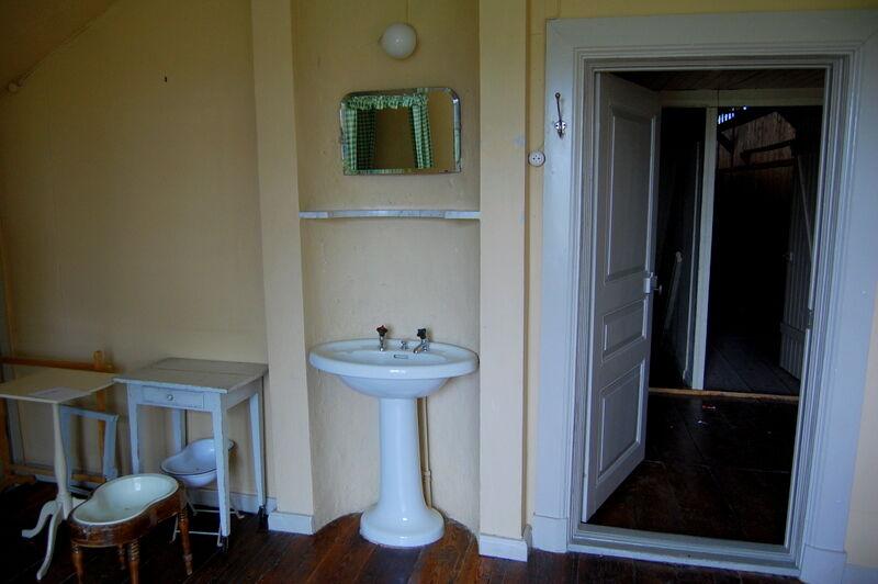 Ett tag skulle alla sovrum ha ett eget handfat. Här har man offrat kakelugnen för att kunna tvätta händerna på rummet.