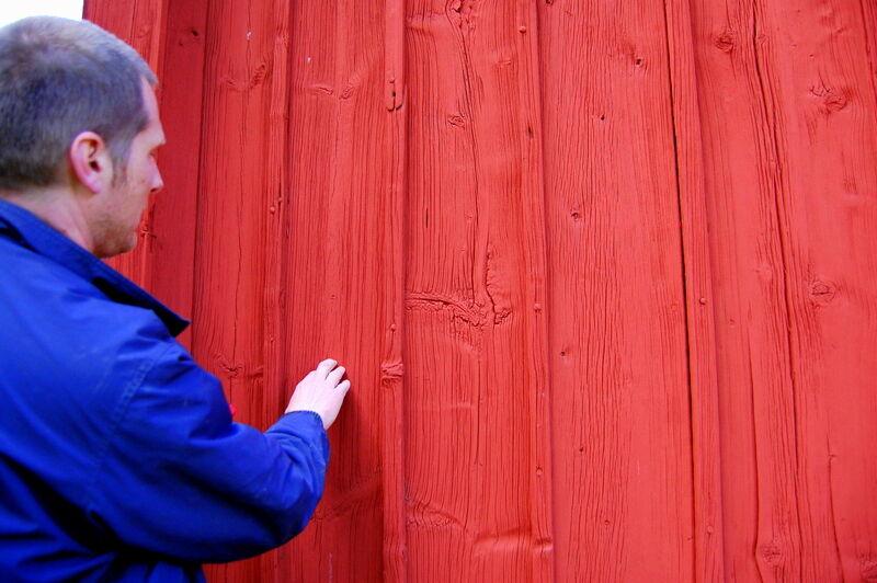 """Antikvarie Kalle Anderberg från Sörmlands museum var här på besök i veckan och tittade på stugorna och dokumenterade vad som behöver göras. Kalle har ett brinnande intresse för gamla byggnader och blev extra förtjust i pannelen på bagarstugan som han förklarade hade väldigt fina mustaschkvistar. Han förklarade att dessa"""" mustascher"""" är ett tecken på att brädan är tagen från stockens mitt."""