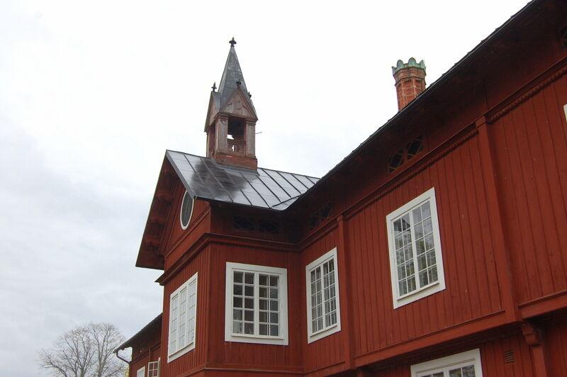 Det är ovanligt, och vackert, med så här stora och rödmålade trähus. Men jag undrar om fönster och dörrar varit vita tidigare?