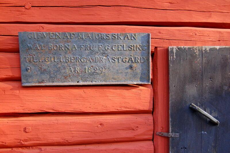 På en av stugorna hänger denna gamla skylt i gjutjärn. Där står att Fru F.G Celsing (på Biby) givit stugorna till prästgården år 1829. Det är lätt att tolka det som att stugorna skulle ha flyttats hit vid det tillfället, men så var det inte. Husen har stått här sedan 1700-talet, eller möjligen tidigare, och hela tiden ägts av Biby (som för den delen också skänkte marken prästgården står på till kyrkan). Att ge husen i gåva var ett sätt för Biby att slippa stå för underhållet av byggnaderna.