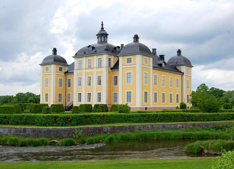 Jag har alltid tyckt att Strömsholm är ett mycket vackert, symetriskt och lagom stort slott. Här syns det från den sida som vetter mot parken och tävlingsbanorna. Slottet ritades år 1669 av Nicodemus Tessin den äldre och i samband med det revs det stenhus som Gustav Vasa låtit bygga på platsen.