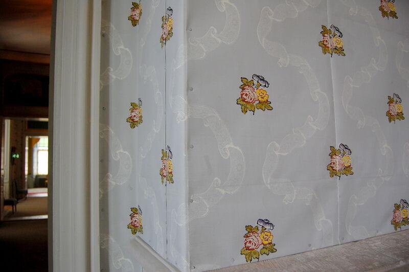 Jag blev imponerad av den handtryckta och delvis handmålade tapet som satt på väggarna i flera rum. Tapeten är gjort år 1995 av Handpappersbruket i Stockholm och de har använt samma metod som man gjorde på 1700-talet.