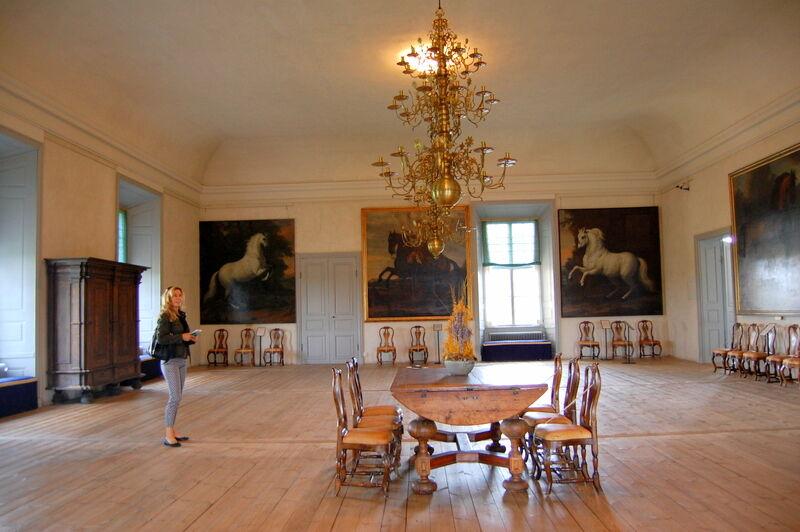 När vädret blev för vått passade vi på att besöka slottet som jag tidigare bara sett från utsidan. Där fanns imponerande stora och luftiga rum och allt restaurerat efter konstens alla regler. På väggarna hängde många hästmotiv, vilket känns naturligt då Strömsholm redan på 1600-talet bedrev stuteri. Senare kom även svenska arméns ridskola att hålla till här.