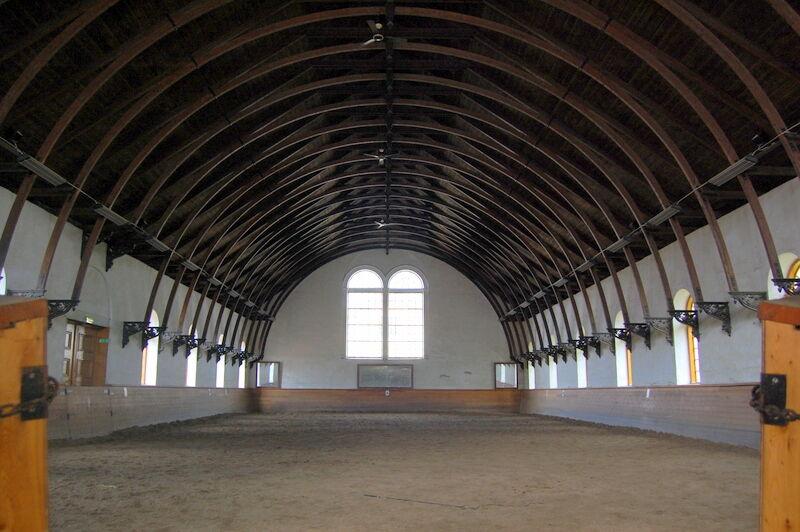 Ridhuset är ritat av fortifikationsingenjören Kleen år 1851 och det vackra taket ser ut som en upp och nervänd båt.