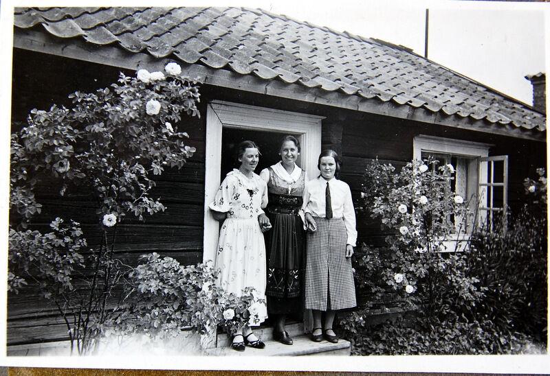 Den här bilden är från 1930-talet. Rosorna på bilden blommar än i dag och de doftar underbart.