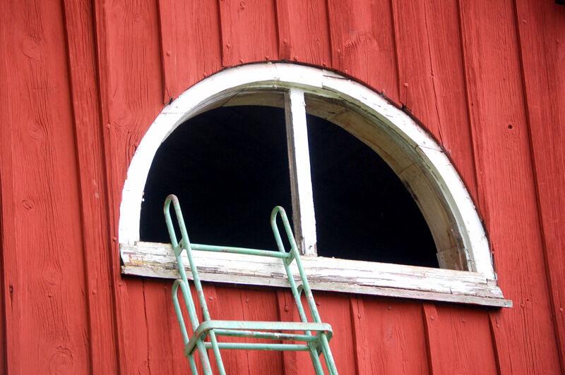 Som jag berättat tidigare så har min käre far gått fönsterrenoverarkurs och tagit sig uppgiften att renovera alla fönster på mina k-märkta byggnader.  Och det blir så fint! Nu står den gamla arrendatorbostaden utan fönster ett tag framöver.
