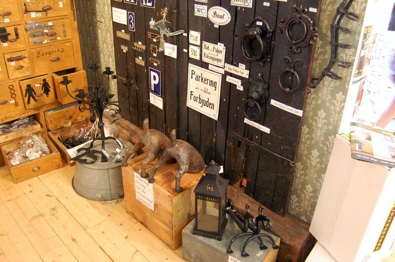 Fina dörrstopp, eldhundar, massor av olika beslag, handtag och små skyltar.