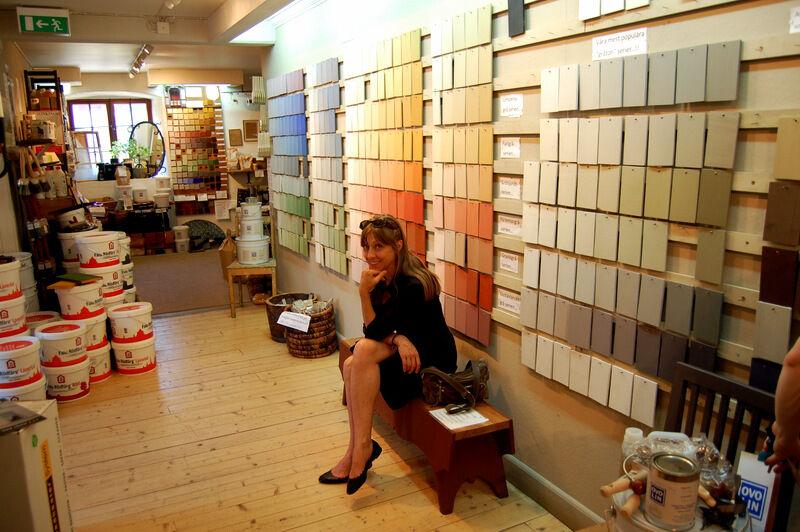 En hel vägg med färgprover av den härligt matta äggoljetemperan som tillverkas i butiken.