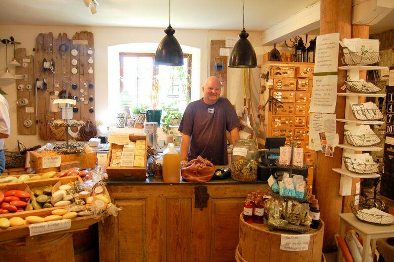 Karin hade sin lediga dag och maken Leif var på plats i kassan. Titta gärna på deras hemsida www.ovolin.jetshop.se