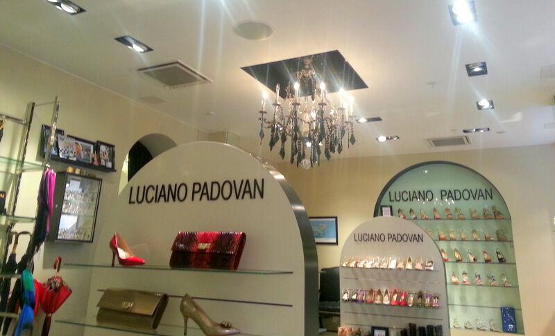I taket hos Luciano Padovans  på Humlegårdsgatan hänger en Clive Christian kristallkrona. Jag tycker skorna påminner en del om Christian Loubotain.