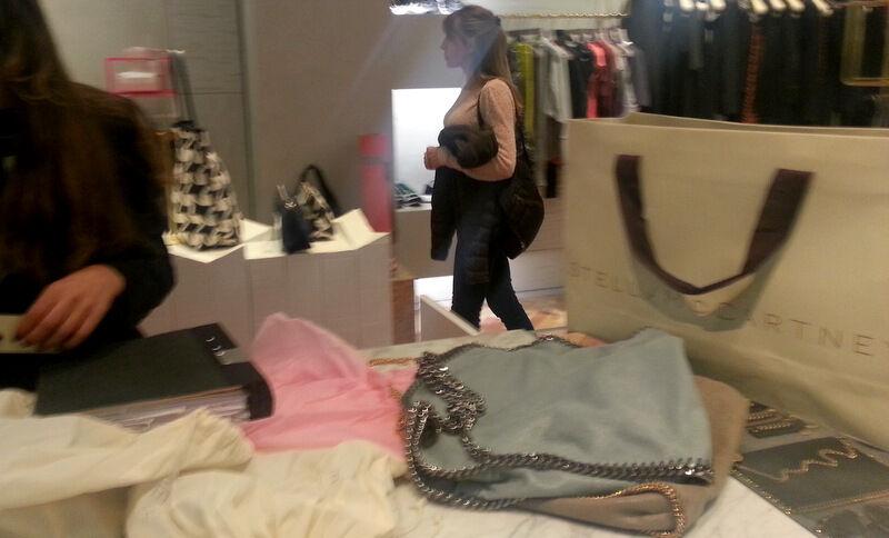 Stella McCartney finns på Mäster Samuelsgatan.  Jag blev bland annat väldigt förtjust i deras mjuka väskor med tunga kedjor. Så fina!